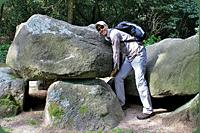 Lid van het Trechterbekervolk bezig met plaatsen van een loeizware kei